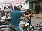 Cartazes alertam motociclistas para o alto índice de roubos em Rio Claro, SP