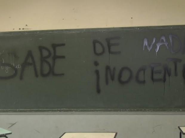 quadro pichado escola itaúna (Foto: Giovane Abreu/TV Cidade)