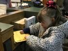 Garota que perdeu família em incêndio recebe milhares de cartões de Natal
