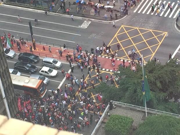 Manifestantes em frente ao prédio da Presidência em SP (Foto: Carolina Freitas/Arquivo Pessoal)