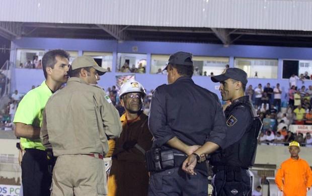 Árbitro Ítalo Medeiros de Azevedo conversa com bombeiro e policiais (Foto: Sara Cardoso)