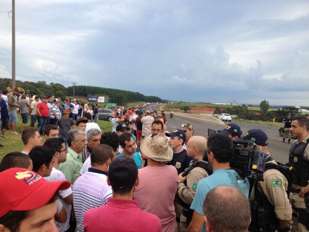 Em Guarapuava o bloqueio foi feito em dois trechos da rodovia. Só podem passar carros, ônibus e ambulâncias. Policiais acompanham a manifestação (Foto: Marina Petri/ Divulgação)