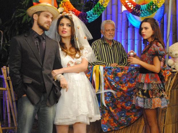 Nat vê Cristal e Tomás vestidos de noivos (Foto: Malhação / Tv Globo)