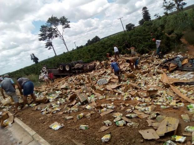 Caminhão com caixas de leite tombou em Montanha, ES (Foto: Internauta)