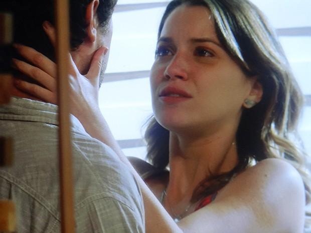 Caíque diz para Laura que o relacionamento deles acabou (Foto: TV Globo)