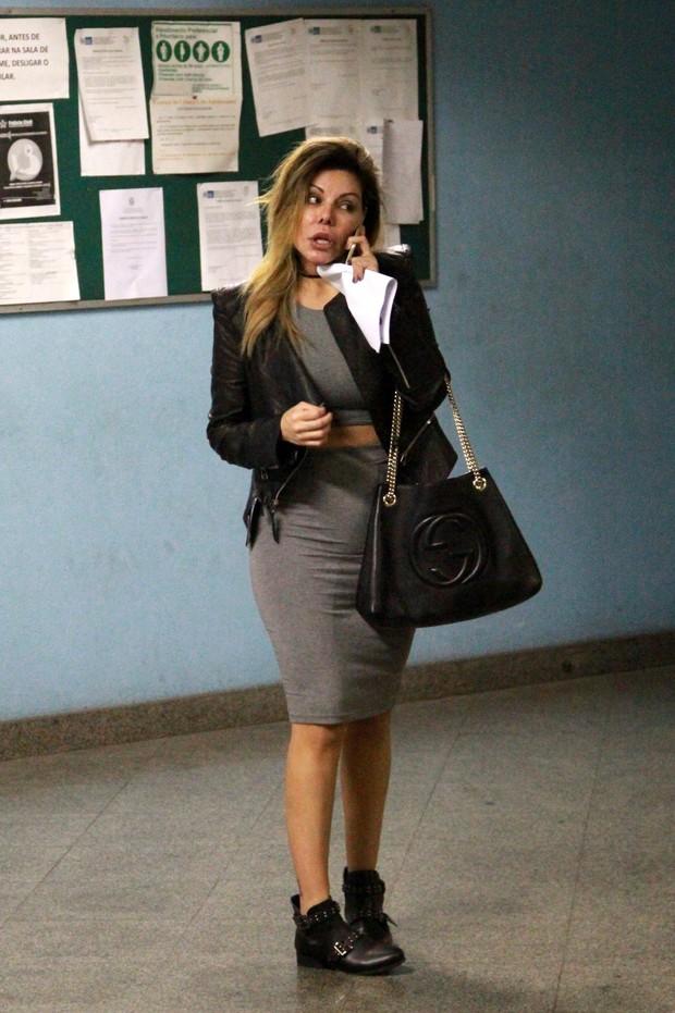 Liziane Gutierrez no IML para exame de corpo de delito (Foto: Ag. News)