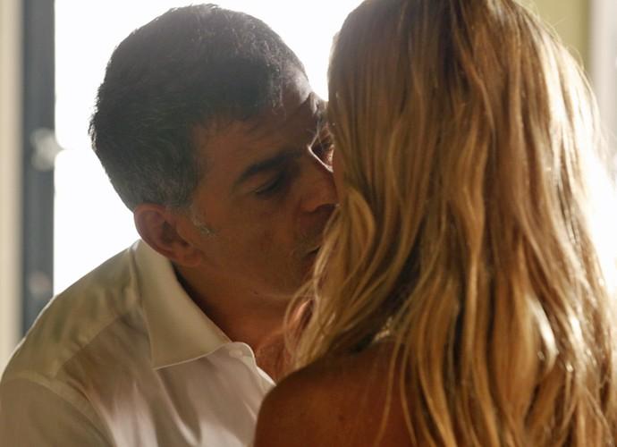 Orlando se aproxima para beijar Lara (Foto: Ellen Soares/ Gshow)