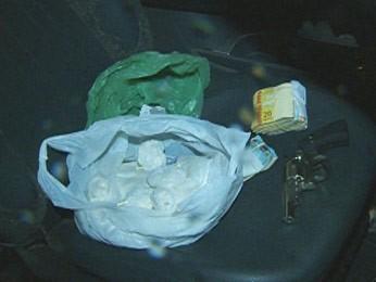 Droga e arma foram apreendidas com os agentes do Denarc (Foto: Reprodução/RBS TV)