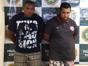 Wallace, de camisa azul, e Jonathan foram presos na noite deste sábado (Foto: Lívia Torres/G1)