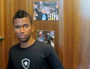 Cidinho na Exposição Seedorf na loja oficial do Botafogo (Foto: gabriel Fricke)