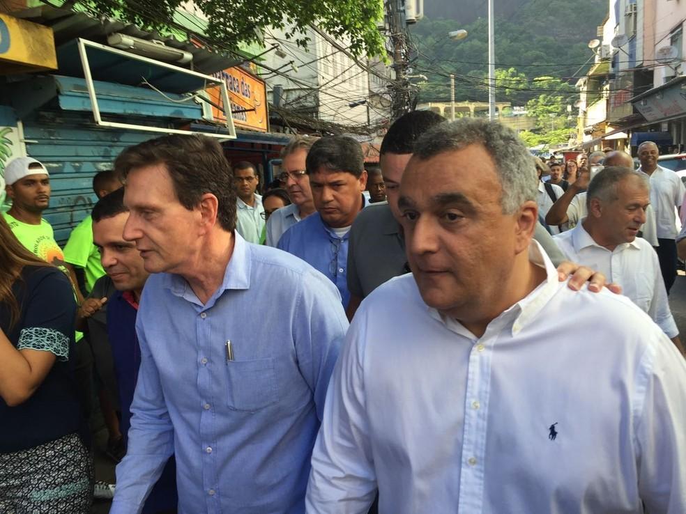 Crivella e Carlos Eduardo, secretário de saúde, caminham pela Rocinha (Foto: Fernanda Rouvenat/ G1)