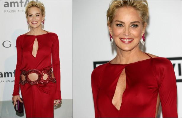 """A musa Sharon Stone acabou ficando de """"faróis acesos"""" sob esta peça vermelha que usou num baile promovido pela ONG amfAR em maio. (Foto: Getty Images)"""