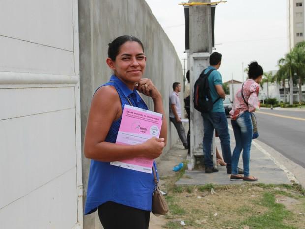 A diarista Angela Azevedo Delarmino, 32 anos, aproveitou até na hora de ajudar a filha a fazer o dever de casa, para estudar para  o Enem (Foto: Ive Rylo)