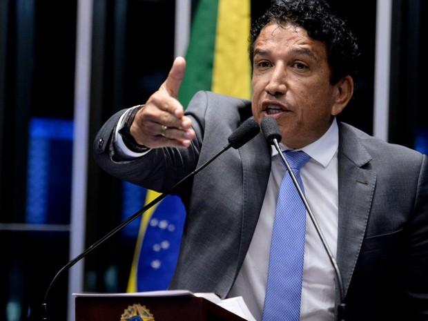 O senador Magno Malta (PR-ES) fala durante sessão no Senado, em Brasília, que decide se a presidente afastada Dilma Rousseff vai a julgamento no processo de impeachment (Foto: Jefferson Rudy/Agência Senado)