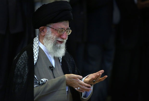 Foto mostra o aiatolá Ali Khamenei, líder supremo do Irã, durante celebração do fim do Ramadã nesta sexta-feira (9) (Foto: Presidência do Irã/AFP)