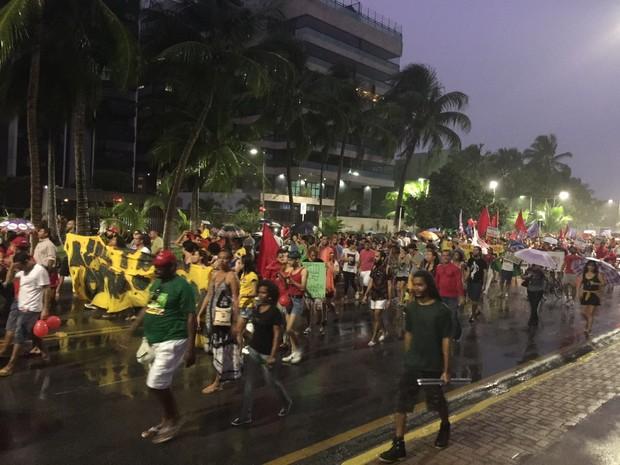 Organizadores estimam que mais de 2 mil pessoas participam do protesto (Foto: Roberta Cólen / G1)
