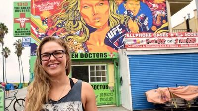 Ronda Rousey posa em frente ao painel pintado pelo Bicliteca sem Freio, Goiânia, Goiás (Foto: Hans Gutknecht )