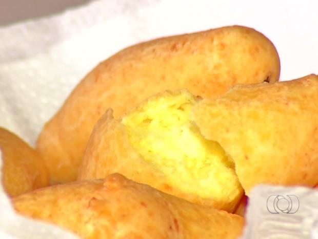 Pão de queijo frito é prato tradicional da Festa do Divino de Luziânia Goiás (Foto: Reprodução/TV Anhanguera)