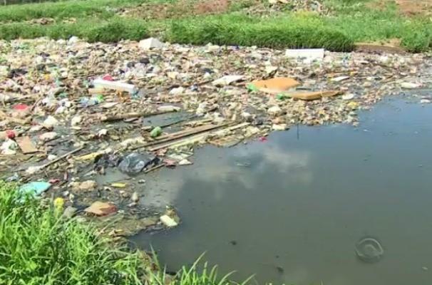 Rios poluídos foram tema de série de reportagens de Fábio Almeida (Foto: Reprodução/RBS TV)
