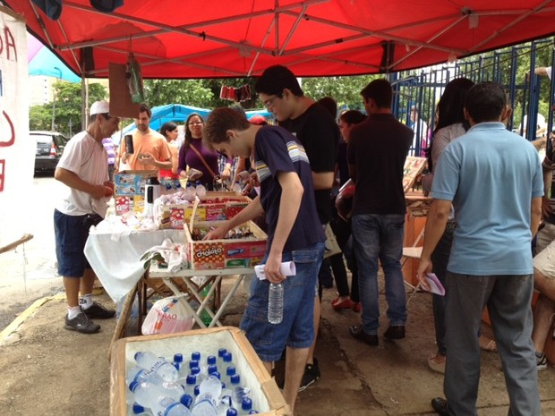 Ambulantes aproveitam enem para vender agua, caneta, lápis e chocolate na porta da PUC Goiás, em Goiânia  (Foto: Gabriela Lima/ G1)