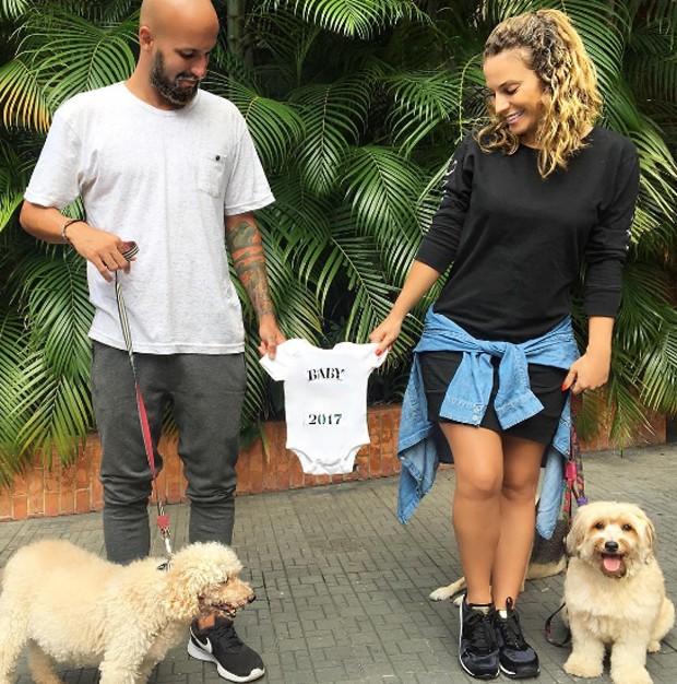 Maíra Charken, Renato e os cachorros (Foto: Reprodução/Instagram)