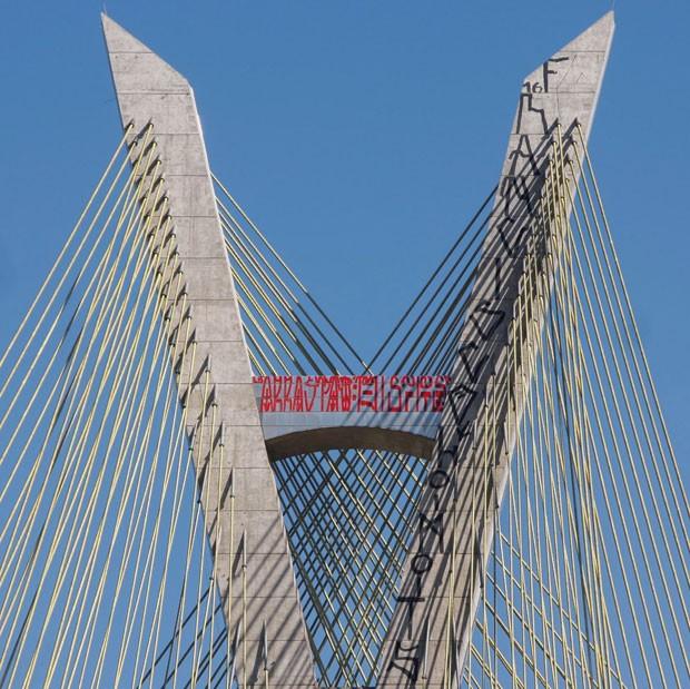 Pichadores alcançaram o topo do mastro central da ponte estaiada para pichar  (Foto: Marco Ambrosio/Framephoto/Estadão Conteúdo)