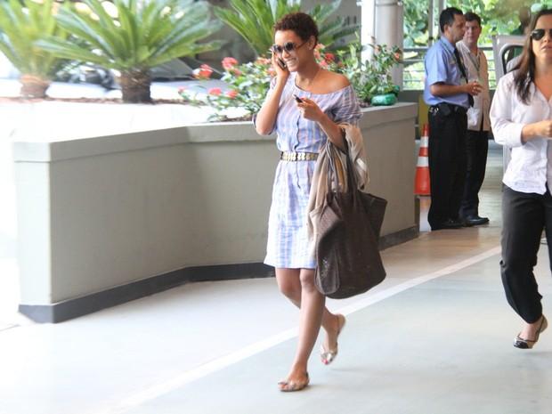 Taís Araújo com a mãe em shopping na Zona Sul do Rio (Foto: Daniel Delmiro/ Ag. News)