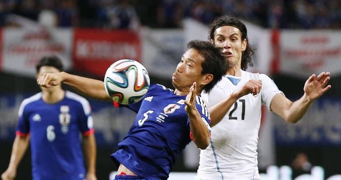 Nagatomo e Cavani - Japão x Uruguai (Foto: AP)