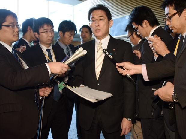 Ministro do Exterior do Japão Fumio Kishida responde perguntas de jornalistas nesta sexta-feira (Foto: AFP)