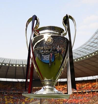 Taça da Liga dos Campeões no gramado do estádio de Berlim (Foto: Reuters)