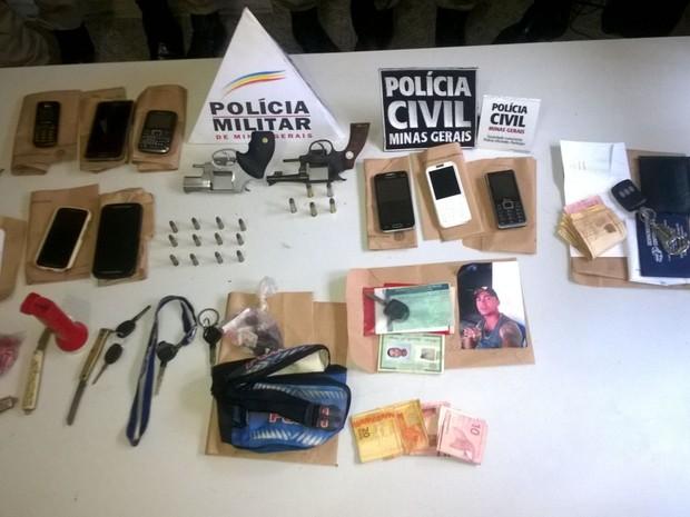 Revólveres, celulares, dinheiro e veículos foram apreendidos pela polícia em Medina (MG). (Foto: Divulgação/Polícia Civil)