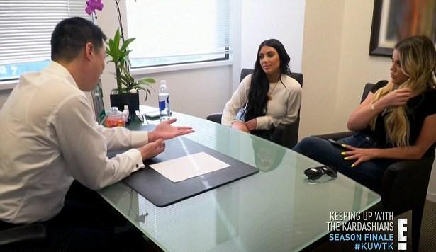 Kim e Khloé na consulta (Foto: Reprodução)