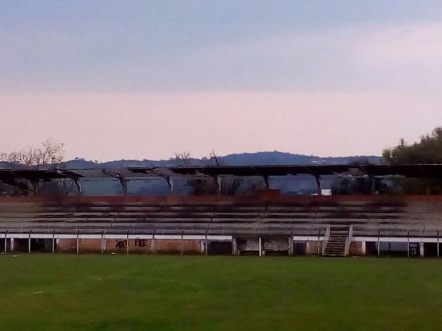 Estádio de futebol de Ponte Serrada teve cobertura arrancada pelos ventos. (Foto: Defesa Civil/Divulgação)