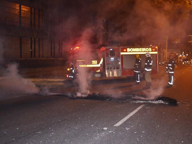 Manifestantes queimaram objetos na Epitácio Pessoa, em João Pessoa (Foto: Walter Paparazzo/G1)