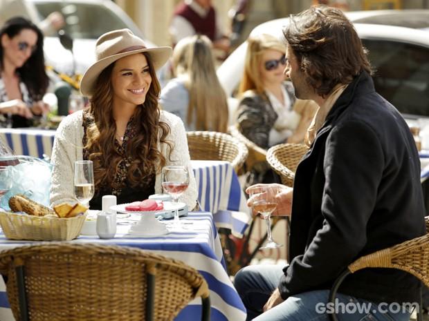 Luiza conhece pianista brasileiro em Paris (Foto: Fábio Rocha/ TV Globo)
