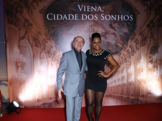 Hans Donner e Adriana Bombom em festa no Centro do Rio (Foto: Marcello Sá Barretto e Alex Palarea/ Ag. News)