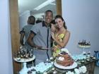 Laryssa Ayres comemora aniversário com Nego e elenco de 'Malhação'