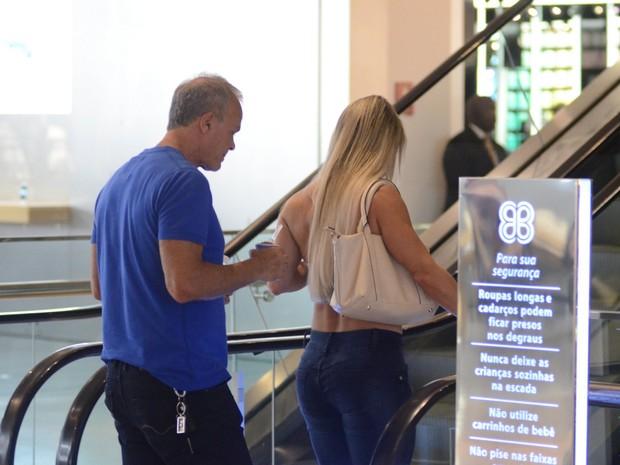 Kadu Moliterno e a namorada, Cristianne Rodriguez,e m shopping na Zona Oeste do Rio (Foto: Fabio Moreno/ Ag. News)