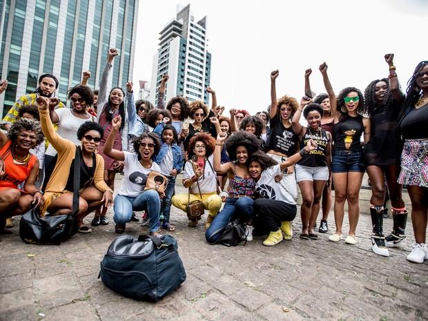 Mulheres se reúnem no vão do Masp, na Avenida Paulista, para a Marcha do Orgulho Crespo (Foto: Suamy Beydoun/Futura Press/Estadão Conteúdo)