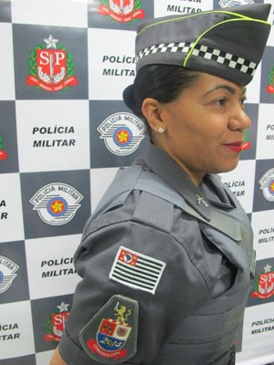 Policial militar mostra brasão do Comando de Policiamento Copa (CPCopa): escudo tem ano 2014 estilizado com uma bola de futebol verde amarela no lugar do zero (Foto: Kleber Tomaz / G1)