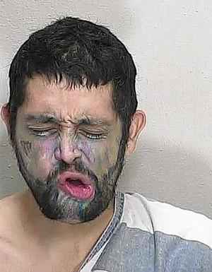 Após assustar funcionários com sua aparência bizarra, Anthony Cifuentes acabou preso por crimes que havia cometido em outro condado (Foto: Marion County Jail)