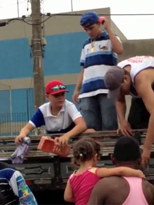 MC Gui distribui presentes em comunidades de SP no Natal de 2012 (Foto: Reprodução / YouTube)