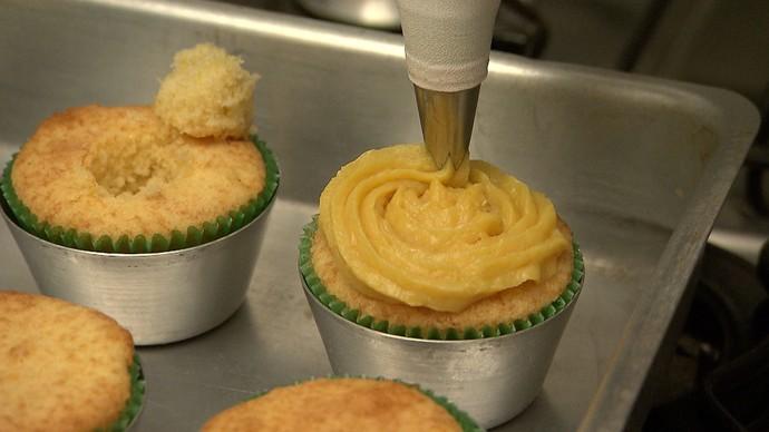 Cupcake de pamonha com recheio de brigadeiro de milho-verde (Foto: TV Bahia)