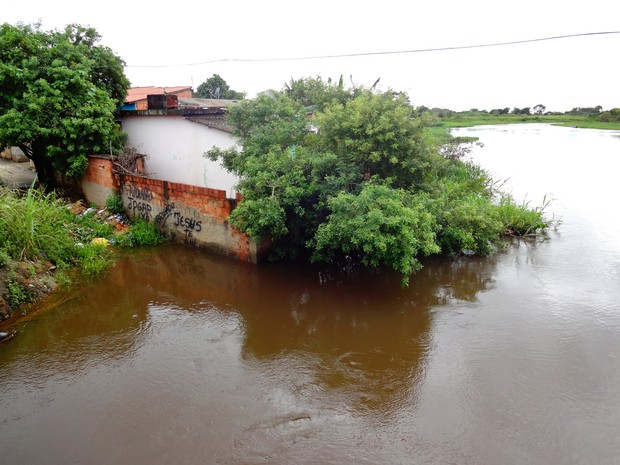 Mesmo com o nível do Rio Ururaí alto, em Campos, alguns moradores continuam em suas casas (Foto: Priscilla Alves/ G1)