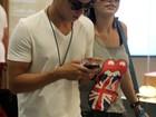 Giovanna Lancellotti curte tarde no shopping com Arthur Aguiar