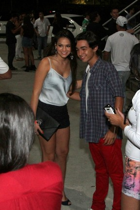 Bruna Marquezine posa com fã em casa de shows no Rio (Foto: Anderson Borde/ Ag. News)