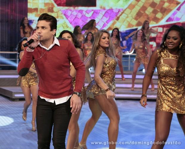 Israel Novaes se apresenta pela primeira vez no Domingão (Foto: Domingão do Faustão / TV Globo)