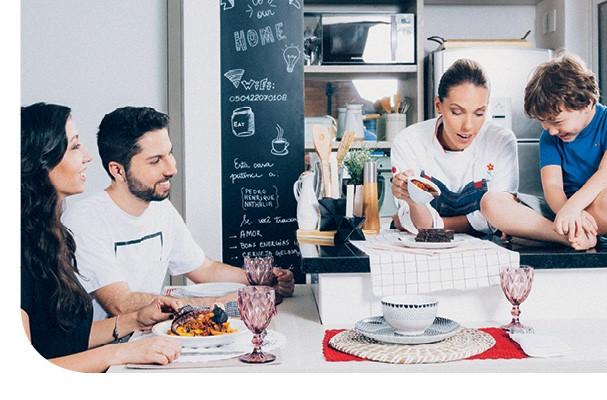 Dono de um mimoso apê (do @apartamento_203),  o casal Nath e Henrique recebe a chef Tássia Magalhães em casa.  Espia a felicidade do  Pedro, filhinho deles! (Foto: Ítalo Gaspar)