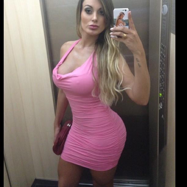Andressa Urach escolhe vestido rosa para balada (Foto: Instagram / Reprodução)