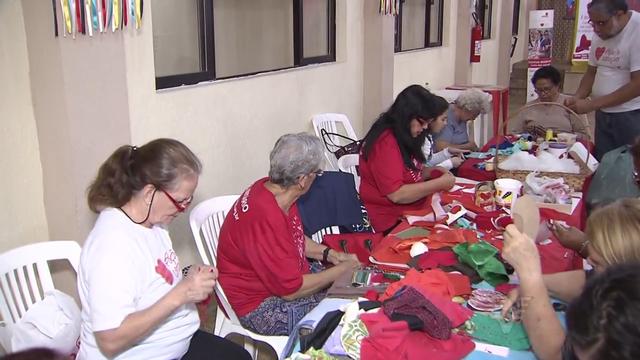 Oficina de confecção de corações para a campanha (Foto: Reprodução/TV Tribuna)